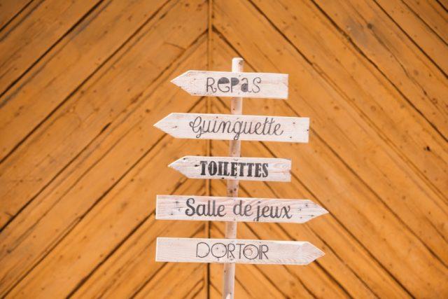 Panneaux directionnels mariage orange Ferme de Gy - Photographe : Thibault Copleux