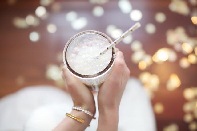 Pailles étoiles blanches et dorées disponibles sur Modern Confetti - Photographe : Marie Préchac