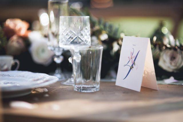 Numéro de table fleuri pour un mariage organique - Création de La Papette - Photographe : June.H
