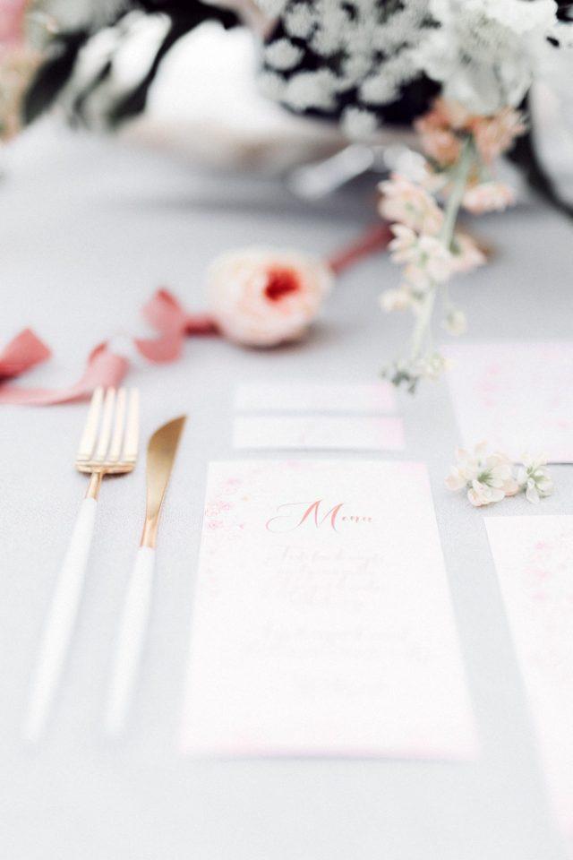Papeterie de mariage élégante avec son mélange d'aquarelle et de fines fleurs - Créée par River Fabric - Photographe : Cathy Marion