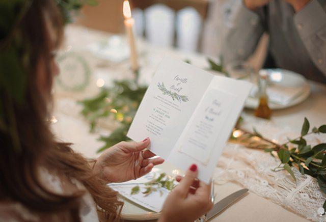 Papeterie de mariage végétale avec son mélange de fougères et de lavandes - Créée par River Fabric - Photographe : Héléna Villain-Plessis