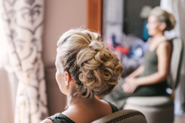 Les préparatifs de la mariée d'un mariage jaune et fleuri - Photographe : Eilean et Jules Photographie