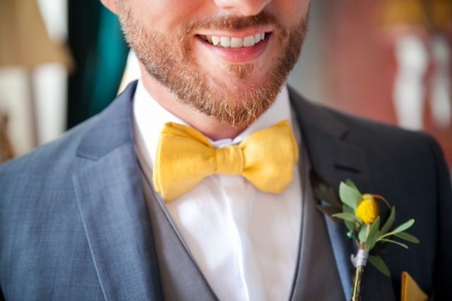 Le marié d'un mariage jaune et fleuri - Photographe : Eilean et Jules Photographie