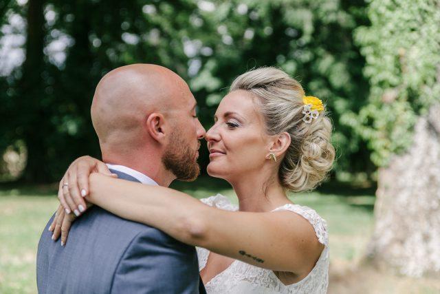 Photo de couple de mariés d'un mariage jaune et fleuri - Photographe : Eilean et Jules Photographie