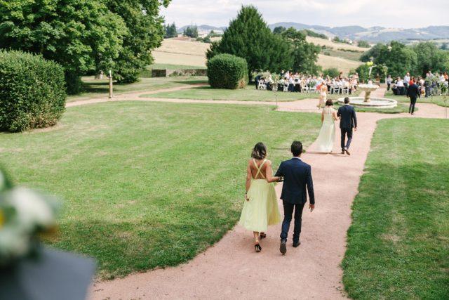Arrivée des témoins à la cérémonie laïque d'un mariage jaune et fleuri - Photographe : Eilean et Jules Photographie