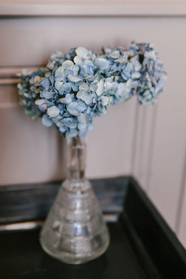 Souvenir d'un détail de la journée d'un mariage jaune et fleuri - Photographe : Eilean et Jules Photographie