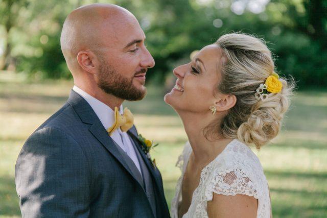 La mariée et le marié d'un mariage jaune et fleuri - Photographe : Eilean et Jules Photographie