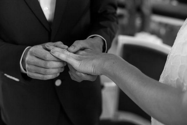 Souvenir de la cérémonie - Un mariage d'été dans le Val de Marne - Photographe : Marine Blanchard