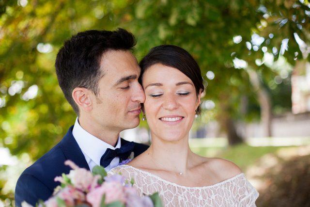 Photo de couple au Château des Iles - Un mariage d'été dans le Val de Marne - Photographe : Marine Blanchard