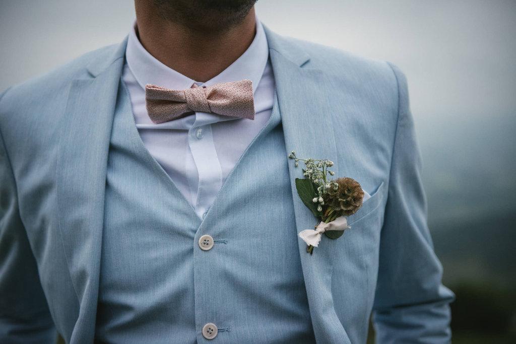 Boutonnière marié by Lilas Wood, designer floral mariage près de Lyon - Photographe : Zéphyr et Luna