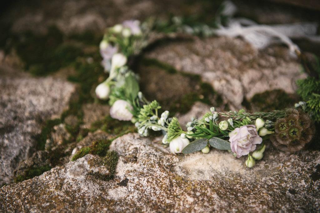 Couronne de fleurs mariée by Lilas Wood, designer floral mariage près de Lyon - Photographe : Zéphyr et Luna