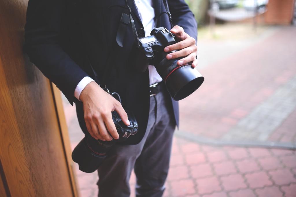 Photographe de mariage avec deux appareils photos