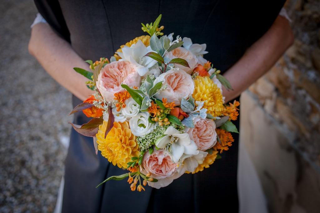 Bouquet de mariée d'un mariage en rouge et orange - Photographe de mariage : Eilean et Jules